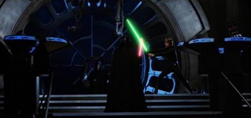 Luke Skywalker affronte son père sous le regard de l'Empereur