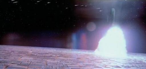 L'Executor pénètre la surface de la station et explose