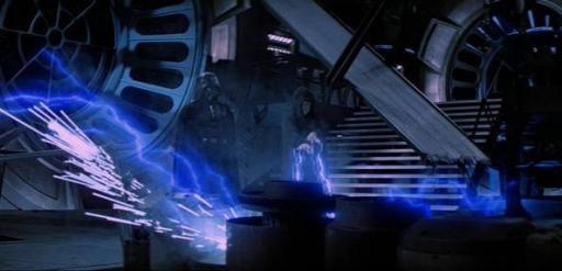 L'Empereur lance ses éclairs sur Luke Skywalker, sous le regard de Darth Vader