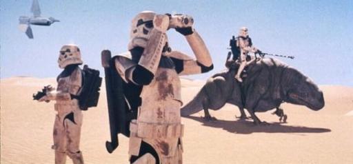 Des sandtroopers en patrouille sur Tatooine.