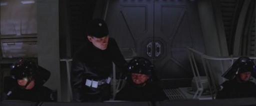 Vesden, à droite, devant son ordinateur dans le bunker du bouclier énergétique.