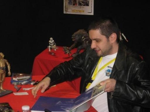 Benjamin Carré faisant des dédicaces